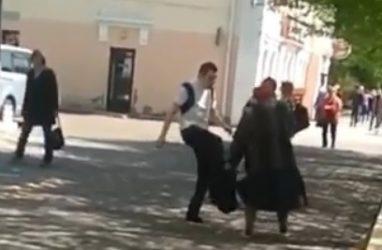 «Бегите от него»: женщины с детьми на руках прятались от неадекватного мужчины в Приморье