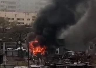 Жуткий пожар во Владивостоке: полыхает жилой дом — видео