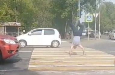 Человек-рукоход шокировал жителей Приморского края