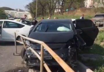В Приморье иномарка снесла леера и въехала на тротуар