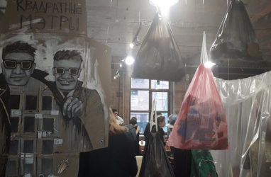 Как живётся в съёмных квартирах Владивостока, рассказали с помощью тотальной инсталляции