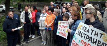 Сергей Мильвит зачитывает обращение к главе Владивостока