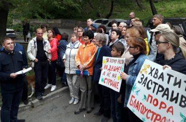 Обеспокоенные возможным строительством высотки жители Владивостока вновь вышли на собрание