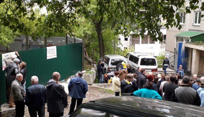 Забор стройплощадки расположен в считанных метрах от подъезда жилого дома
