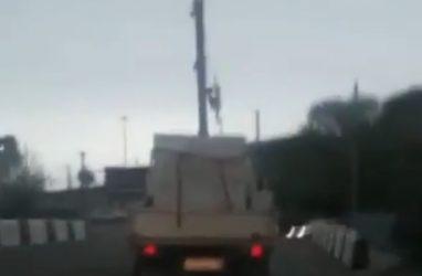 «Искры полетели»: в Приморье грузовик с поднятым краном въехал под мост