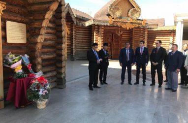 Памятную табличку о визите лидера КНДР установили во Владивостоке