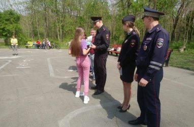У юных велосипедистов в Приморье приняли экзамен по вождению — полиция