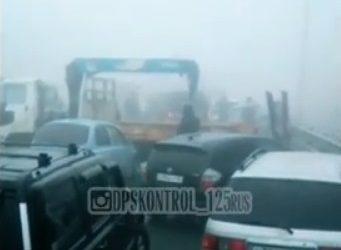 Десятки машин попали в массовое ДТП во Владивостоке. Движение перекрыто