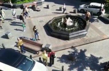 Полуголые парни с гитарой в фонтане в центре Владивостока возмутили горожан