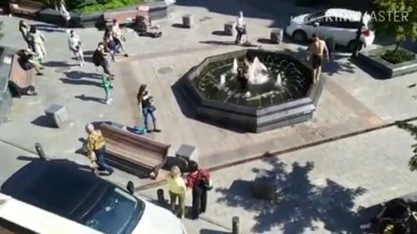 Парни в фонтане