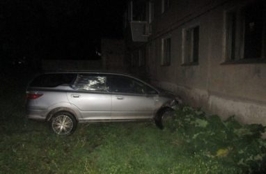 Пьяная женщина без прав протаранила жилом дом, уходя от полицейской погони в Приморье