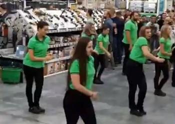 Танец сотрудников приморского магазина «Леруа Мерлен» под песню Skibidi удивил посетителей