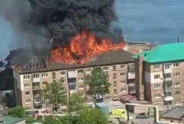 Серьёзный пожар во Владивостоке: в многоквартирном доме полностью выгорела крыша