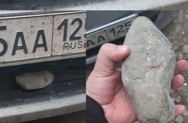 «Нежданчик» в виде огромного булыжника получил автомобилист на трассе в Приморье