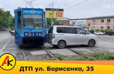 Трамвай протаранил иномарку во Владивостоке