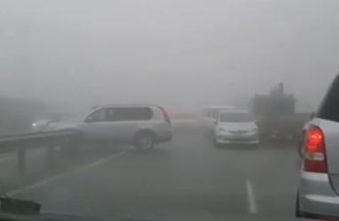 После массового ДТП во Владивостоке люди сами разобрали леера, чтобы выехать из затора — видео