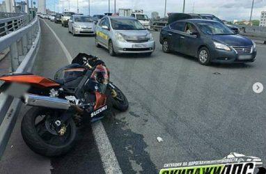 Мотоциклиста увезли на скорой во Владивостоке после ДТП