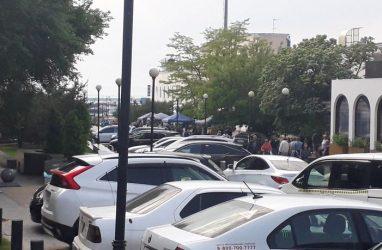 Во Владивостоке вблизи набережной Спортивной гавани вновь начали массово парковать машины