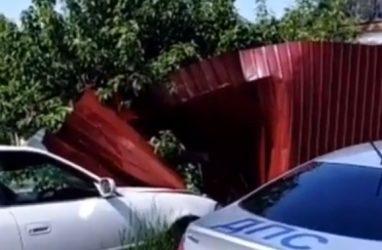 В Приморье пьяный водитель «резвого» «Марка» снёс забор частного дома