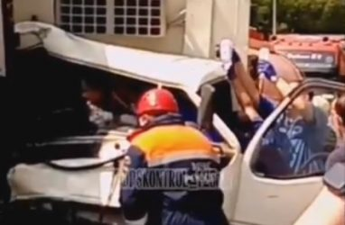 Страшное ДТП во Владивостоке: водителя грузовика зажало в искорёженной кабине