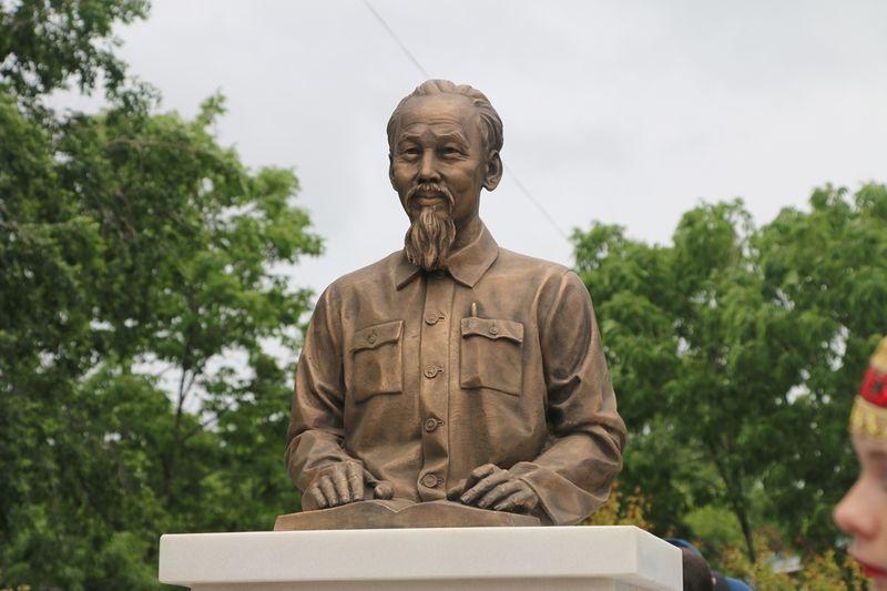 Памятник Хо Ши Мину открыли во Владивостоке