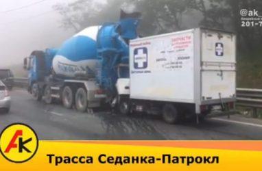 «Кабина всмятку»: грузовик протаранил бетономешалку в Приморье