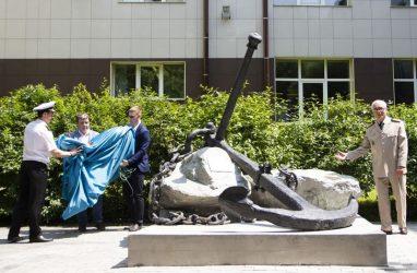 Английский якорь XVIII века во Владивостоке превратили в памятный знак жертвам морских катастроф