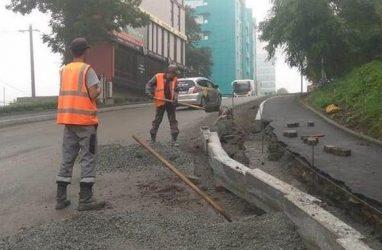 Во Владивостоке восстановят размытые ливнем тротуар и дорогу