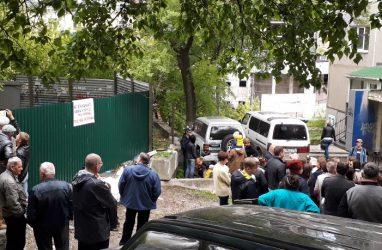 Суд постановил снести забор у стройплощадки на Океанском проспекте во Владивостоке