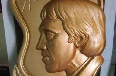 Латунный барельеф в память о Высоцком изготовил мастер из Приморья