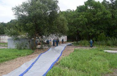 В Уссурийске развернули водоналивные дамбы