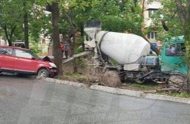 Неуправляемая бетономешалка снесла несколько автомобилей во Владивостоке