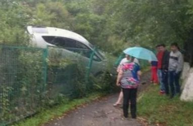 Автомобиль протаранил забор детсада во Владивостоке