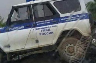На острове Русский легковушка врезалась в полицейский УАЗ