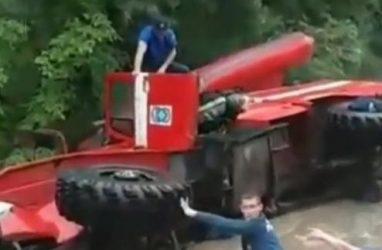 «Урал» спасателей перевернулся в Приморье на залитой дороге