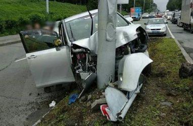 Во Владивостоке пожилому водителю стало плохо за рулём: машина врезалась в столб