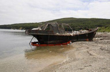 Выброшенную штормом северокорейскую шхуну вывели за акваторию Дальневосточного морского заповедника