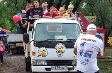 Житель Приморья протащил на себе грузовик с полным кузовом людей