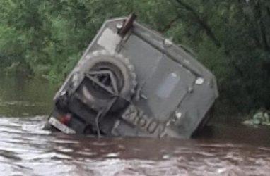 Даже тяжёлый грузовик «Урал» смыло на подтопленной дороге в Приморье