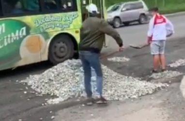 Жители Владивостока за свои деньги засыпали большие ямы на оживлённой дороге