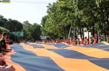 В Приморье развернули 300-метровое полотнище Георгиевской ленты