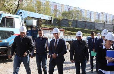 «Вы обязаны держать «купеческое слово»: Кожемяко побывал на стройке «проблемного» 24-этажного дома во Владивостоке