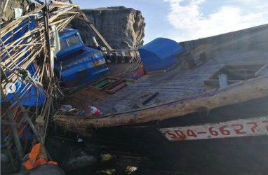 Северокорейскую шхуну выбросило на каменистый берег во Владивостоке