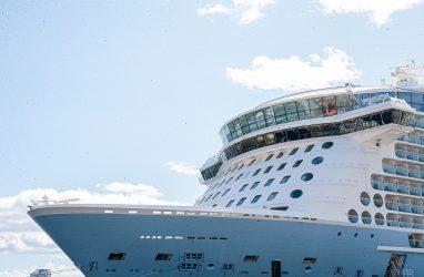 Во Владивостоке завершился заход огромного круизного лайнера Quantum of the Seas