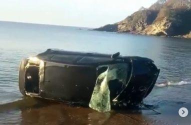 Кульбит в море: «Приус» попал в серьёзное ДТП в Приморье