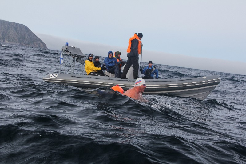 Сегодня рано утром во Владивостоке стартовал  70-километровый заплыв вокруг острова Русский