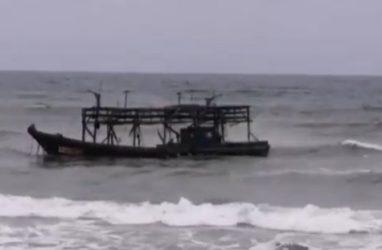 В Приморье северокорейские шхуны вновь прибило к берегу — видео