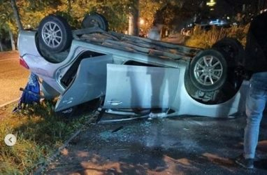 Во Владивостоке автомобиль снёс цветочный ларёк и перевернулся на крышу