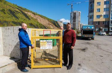 Во дворах Владивостока появились контейнеры для сбора пластика и алюминиевой банки