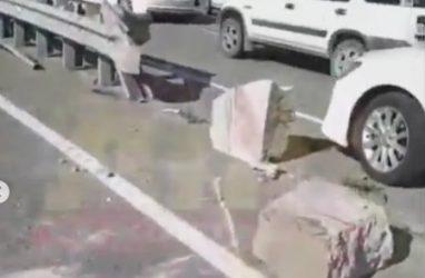 Во Владивостоке автомобилистка на полном ходу проломила бетонный блок